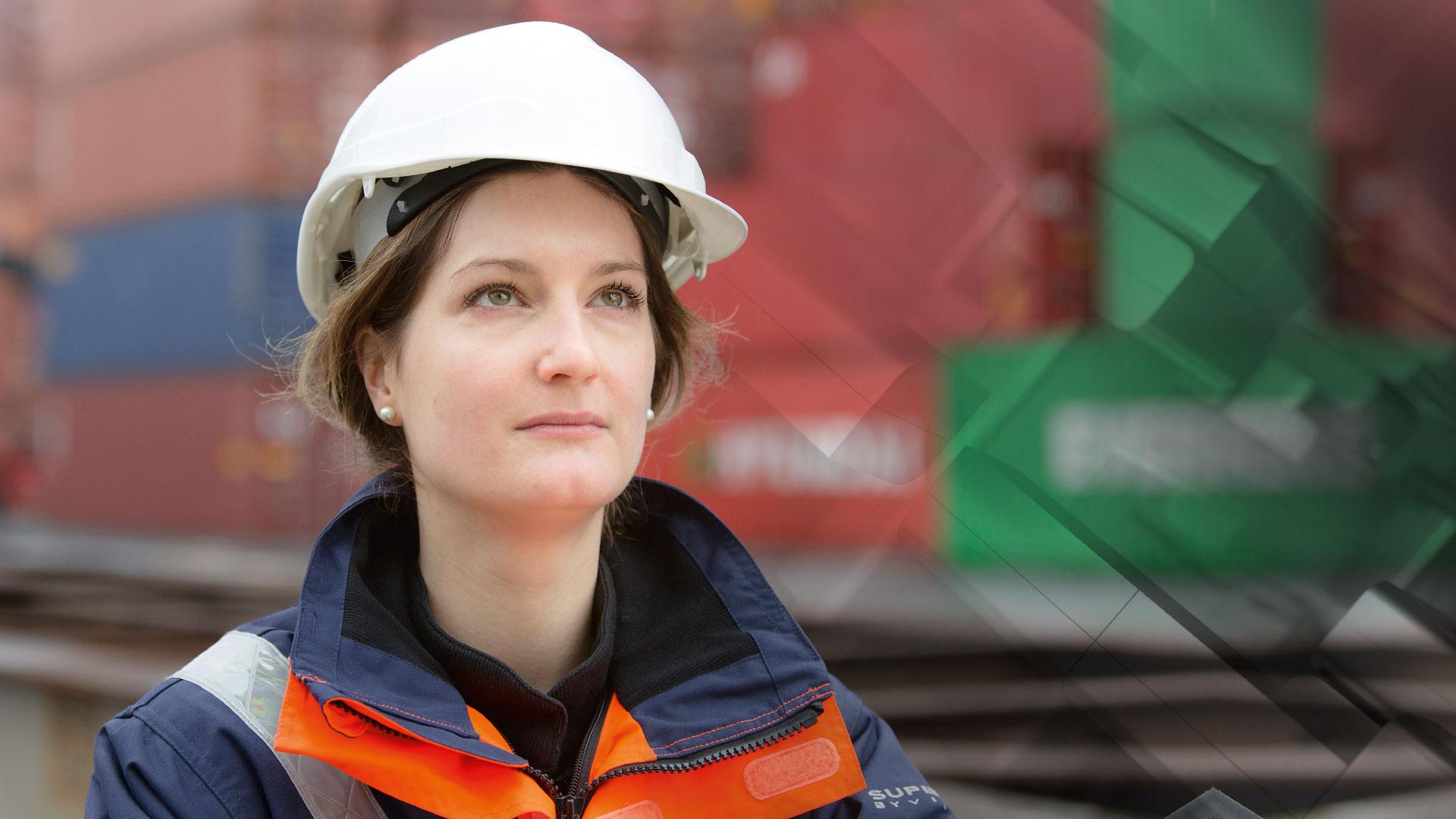 Eine versierte Gutachterin bei der Schadenaufnahme im Containerhafen