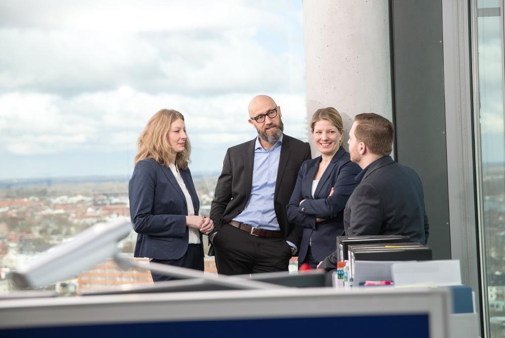 Mitarbeiter der Firma Reck & Co. auf der Büroterrasse des Wesertowers